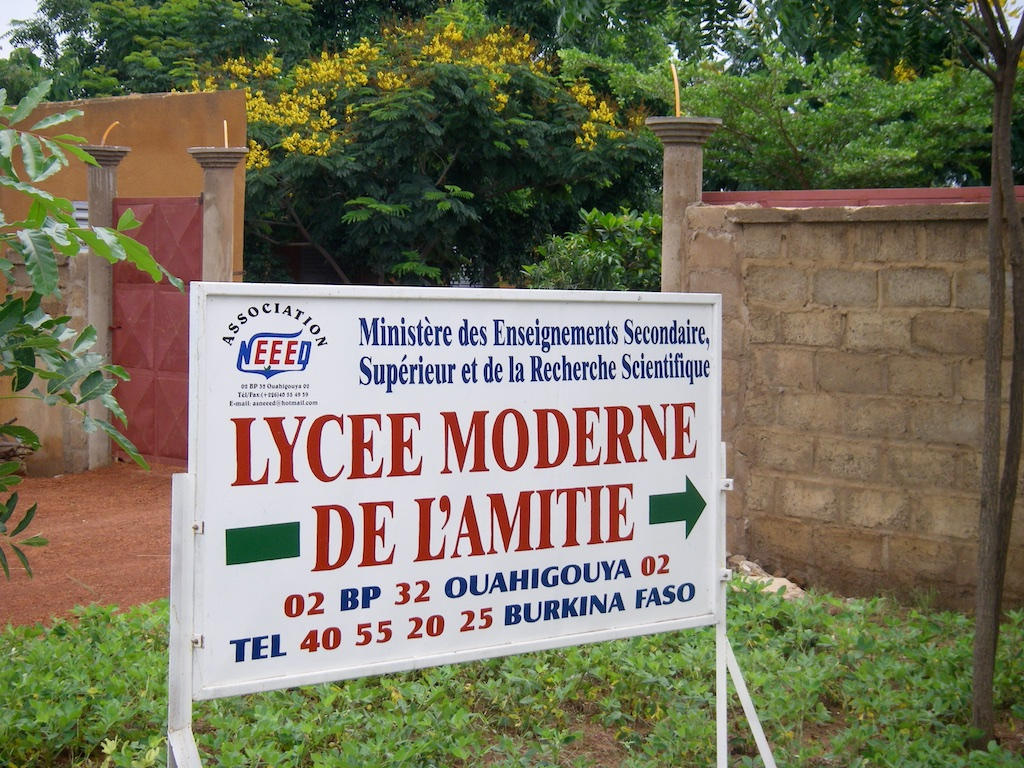 Collège entrance sign.