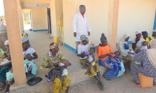 Feeding enriched porridge to children at the Nebrou health center